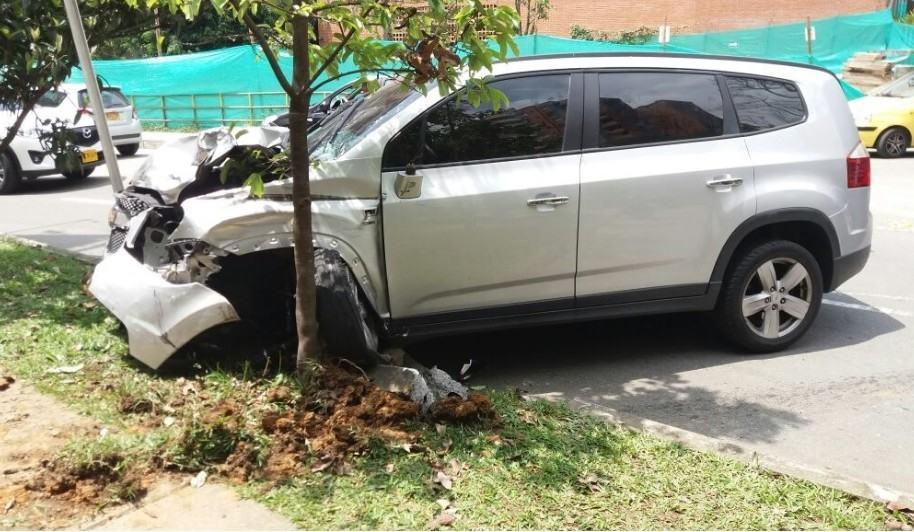 Camioneta involucrada en choque múltiple en Envigado.