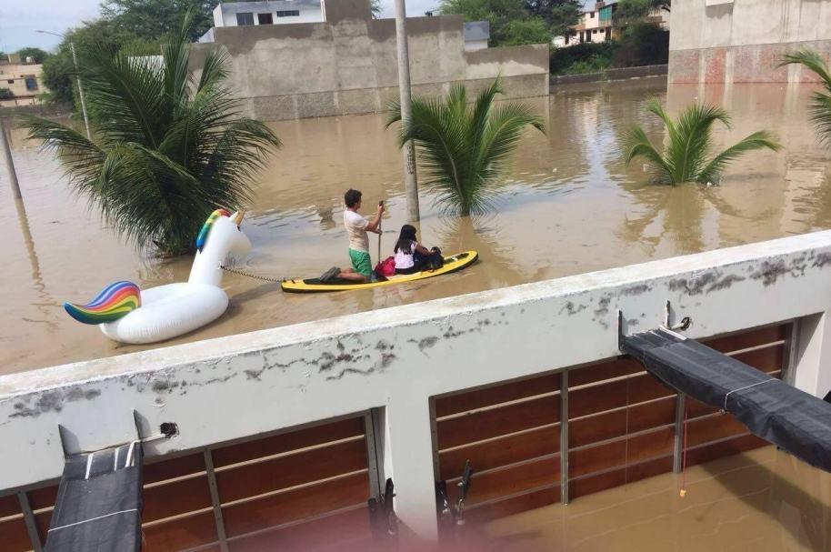 Rescate con tabla y flotador en Perú.