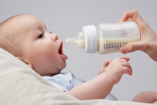 Bebé con tetero