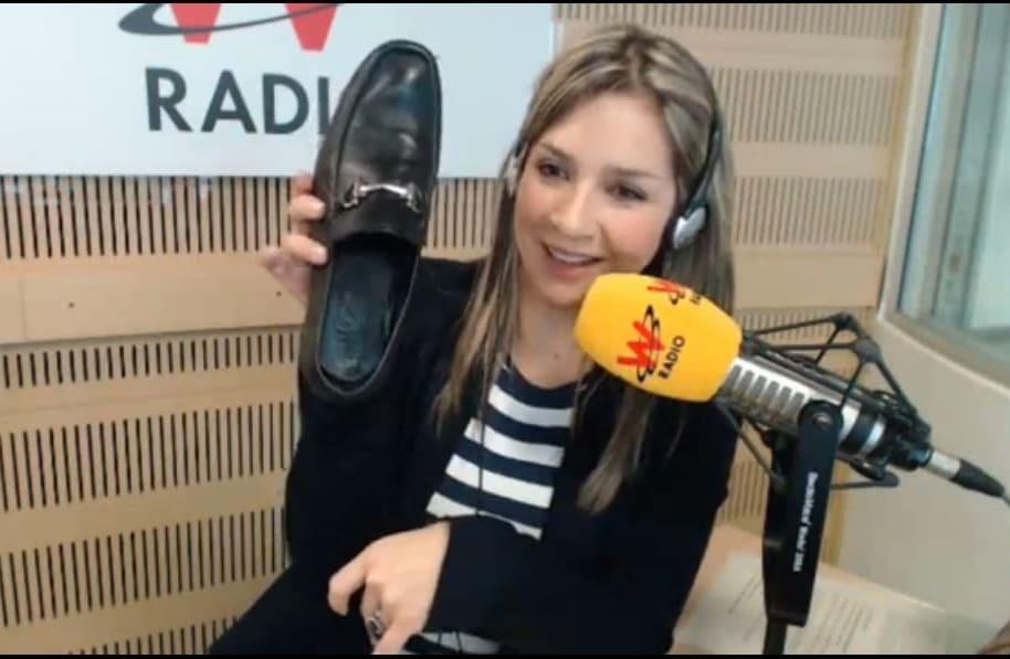 Vicky Dávila con el zapato de Petro