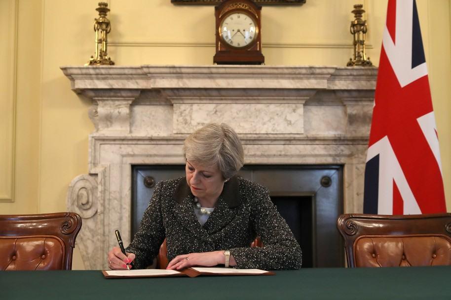 Theresa May firma la salida del Brexit
