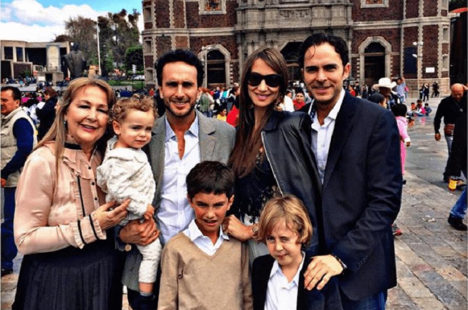 La exreina Stephanie Garcés junto a su suegra, su esposo Juancho Cardona, su cuñado Manolo Cardona y sus sobrinos políticos.