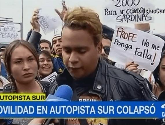 Estudiante faltó a clase por las protestas contra Transmilenio y pidió a su profesor, con un letrero, que le perdonara su inasistencia.