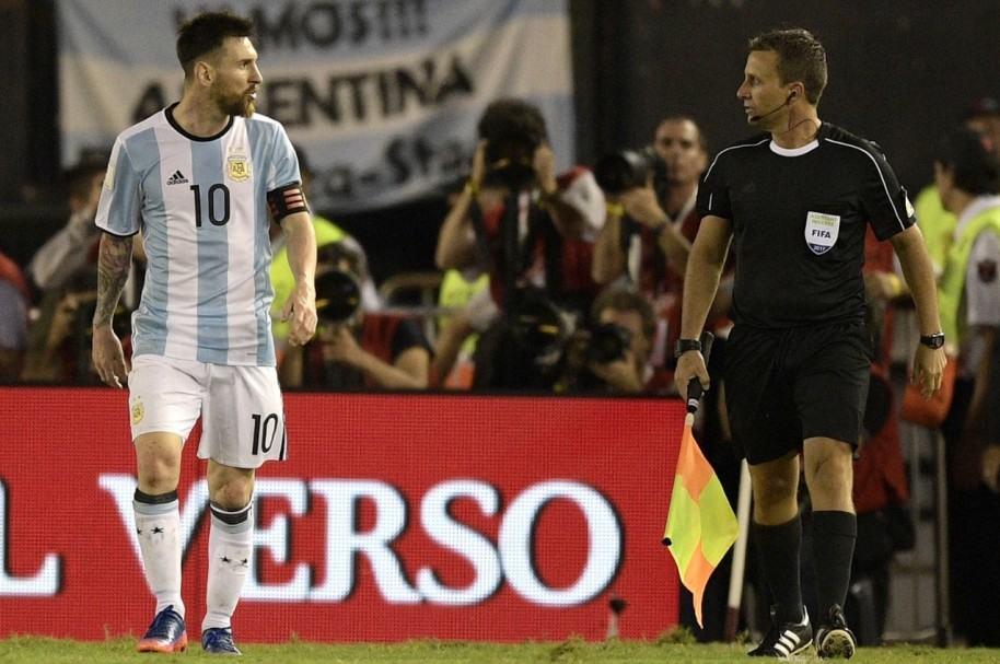 Messi hablándole al asistente de Argentina-Chile