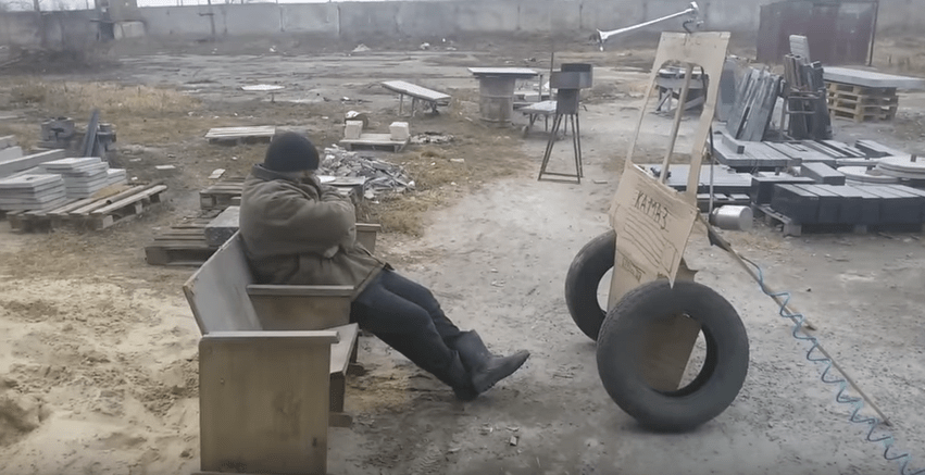Broma con camión de mentiras a hombre dormido en Rusia.