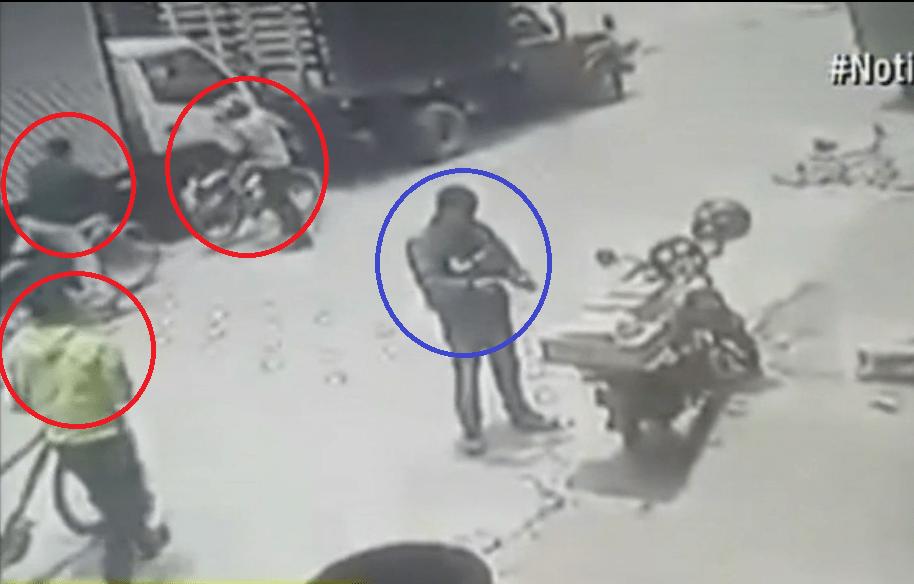 Aparecen 3 los 4 delincuentes en sus bicicletas (círculos rojos), y la víctima (azul)