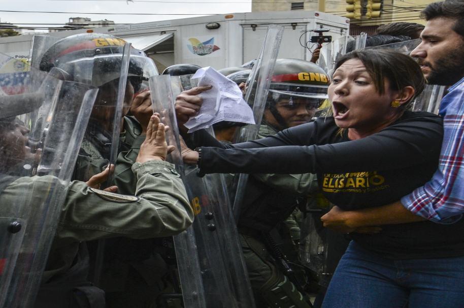Militares y opositores venezolanos se enfrentan frente a la Corte Suprema en Caracas