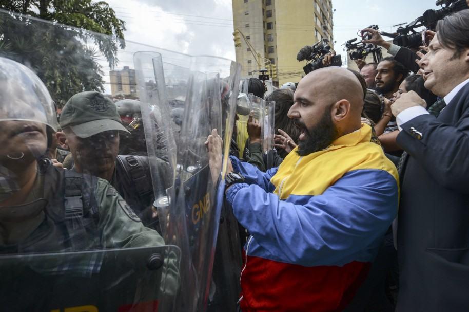 Diputados venezolanos se enfrentan con la Guardia Nacional de ese país