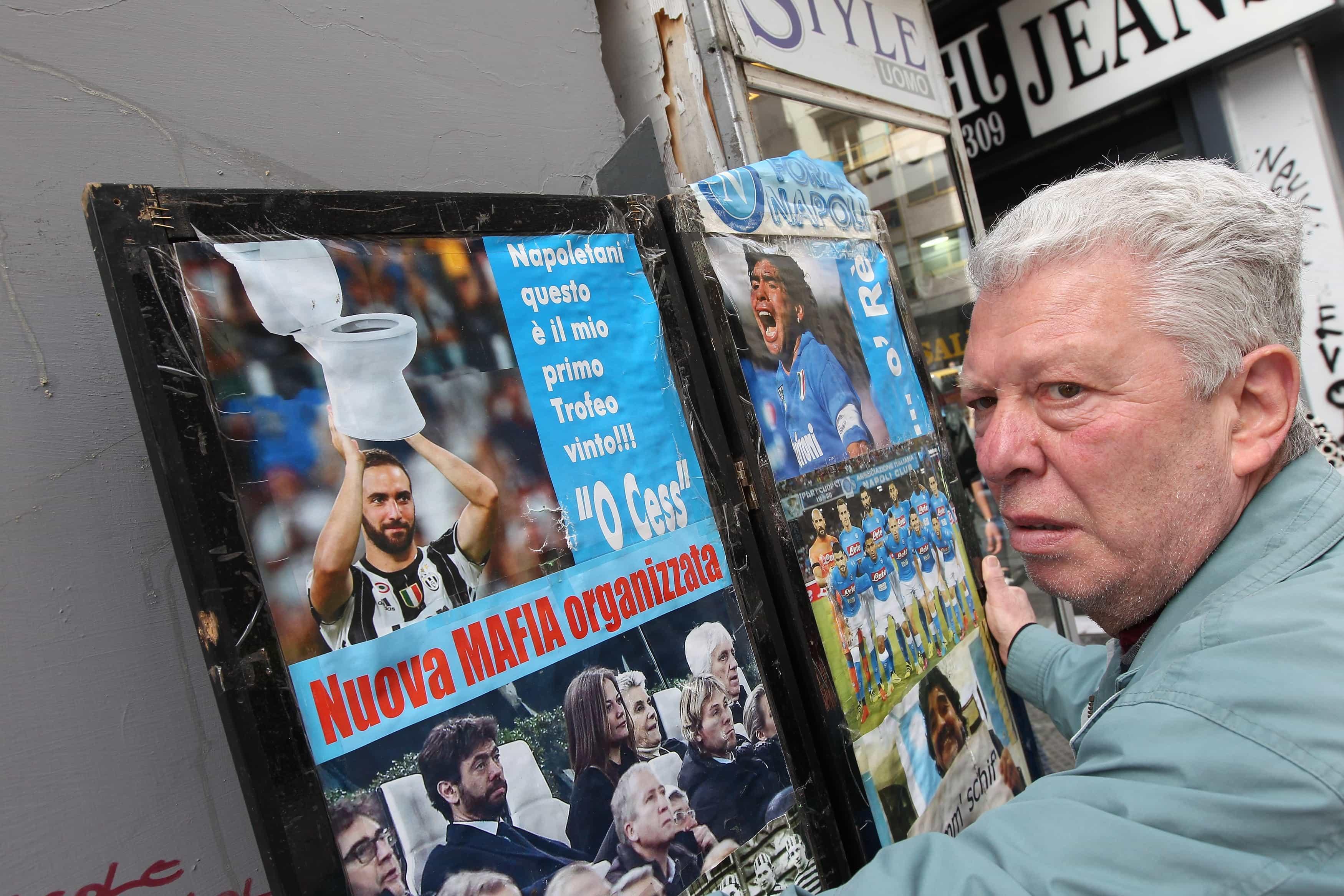 Un vendedor enseña un afiche despectivo contra el jugador de la Juventus
