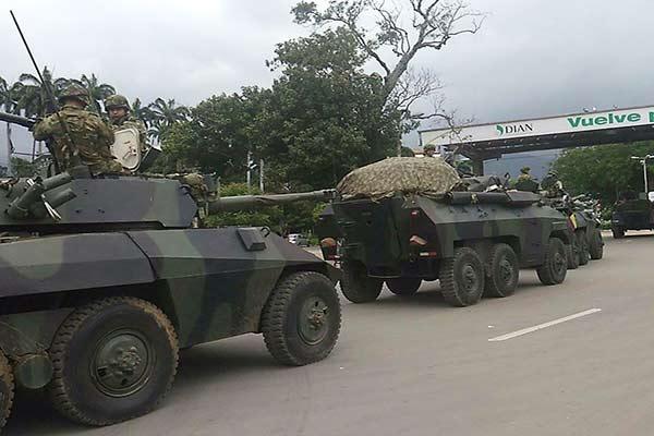 Tanques colombianos en la frontera