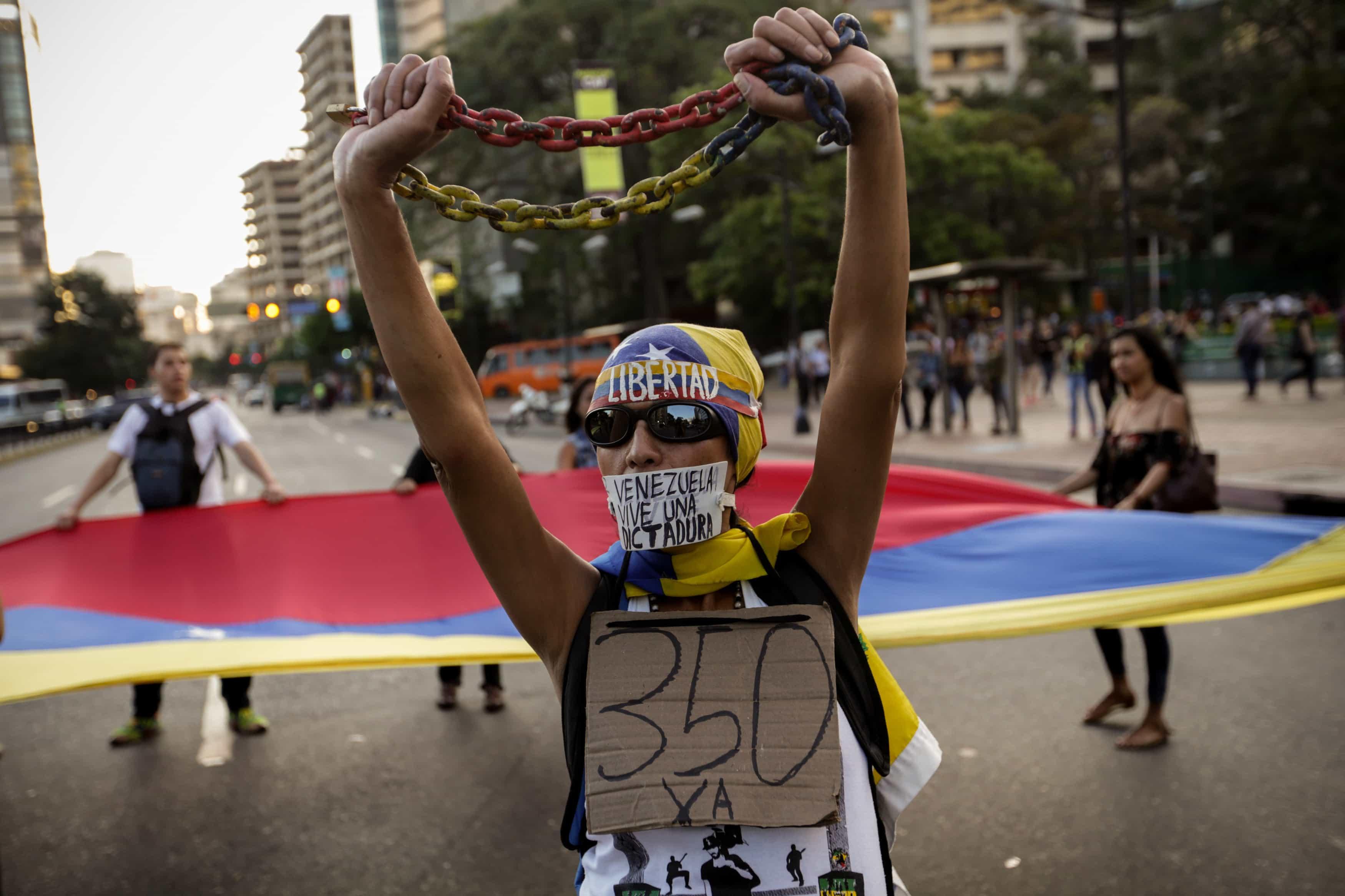 VENEZOLANOS PROTESTAN EN CARACAS EN RECHAZO A DECISIÓN DEL SUPREMO