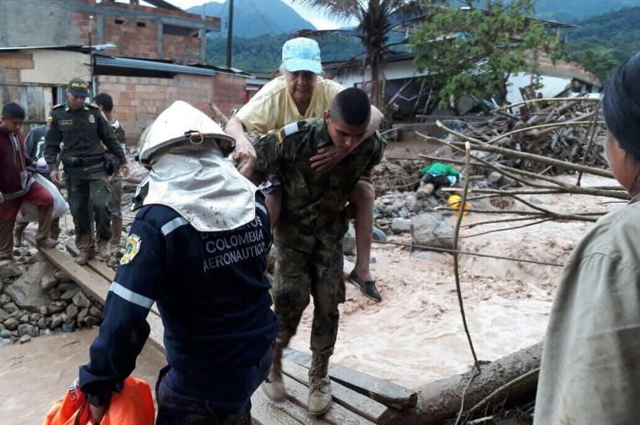 Soldado atiende damnificados de Mocoa