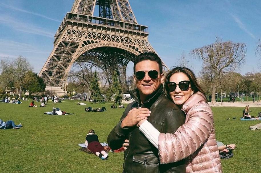 El cantante Silvestre Dagond junto a su esposa Pieri Avendaño en la Torre Eiffel.