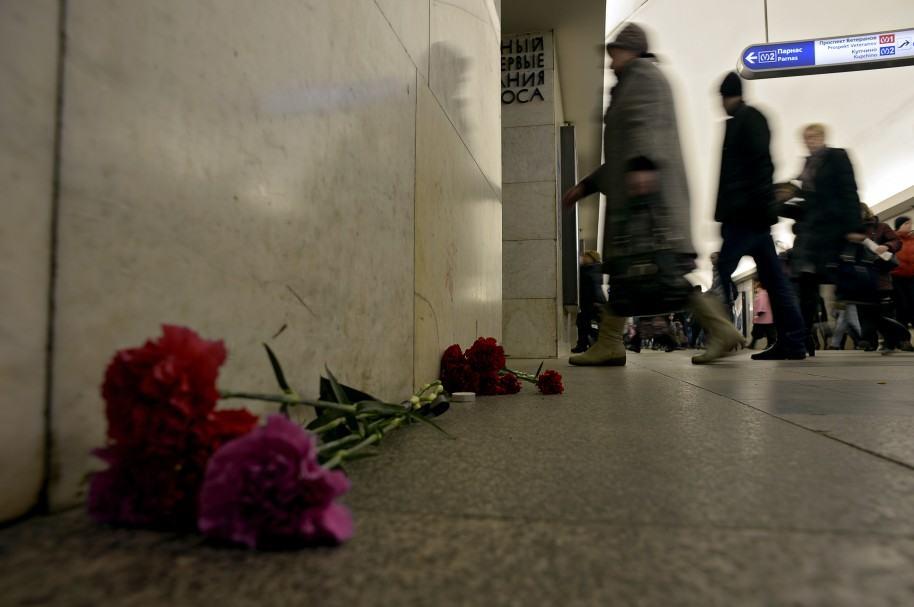 Con flores, rinden tributo a las víctimas del atentado del lunes en San Petesburgo