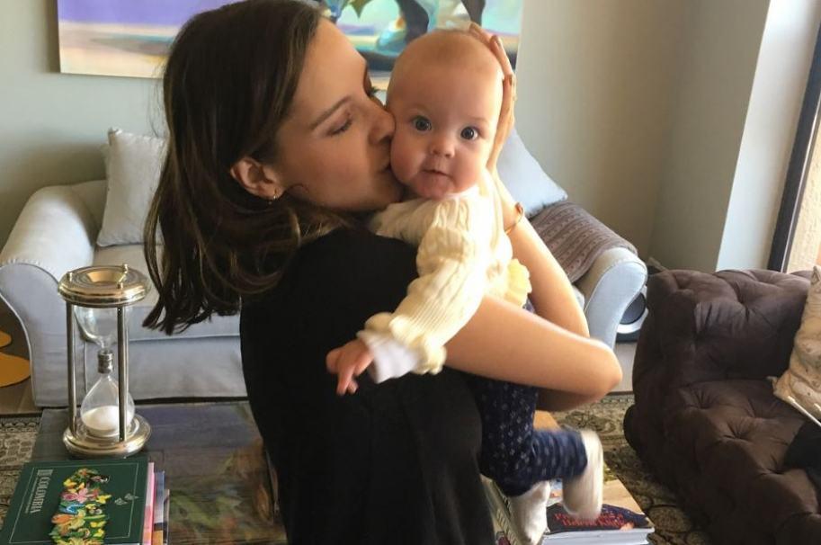 La presentadora Laura Acuña y su hija Helena King Acuña.
