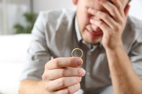 Hombre llora tras su divorcio. Pulzo.com