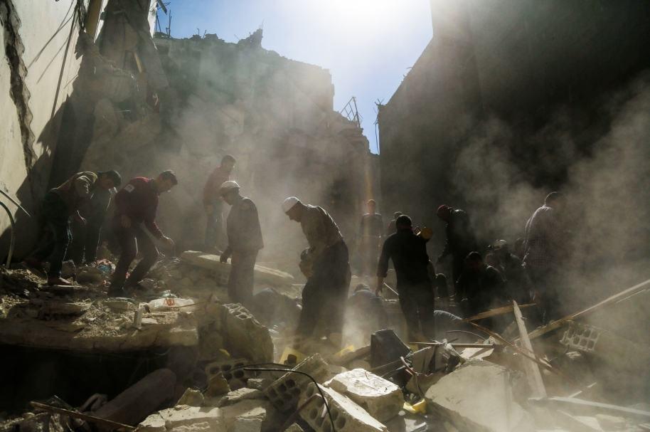 Voluntarios buscan sobrevivientes en Siria