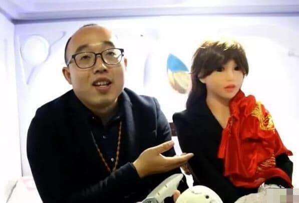 Hombre chino casado con una robot