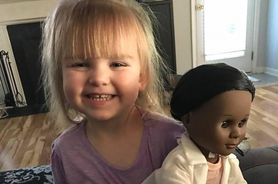 Sophia Benner, prefirió una muñeca negra a una blanca.