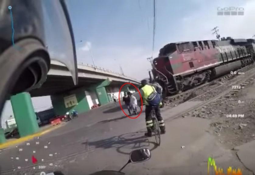 Madre e hijo por poco son arrollados por tren en México. Pulzo.com