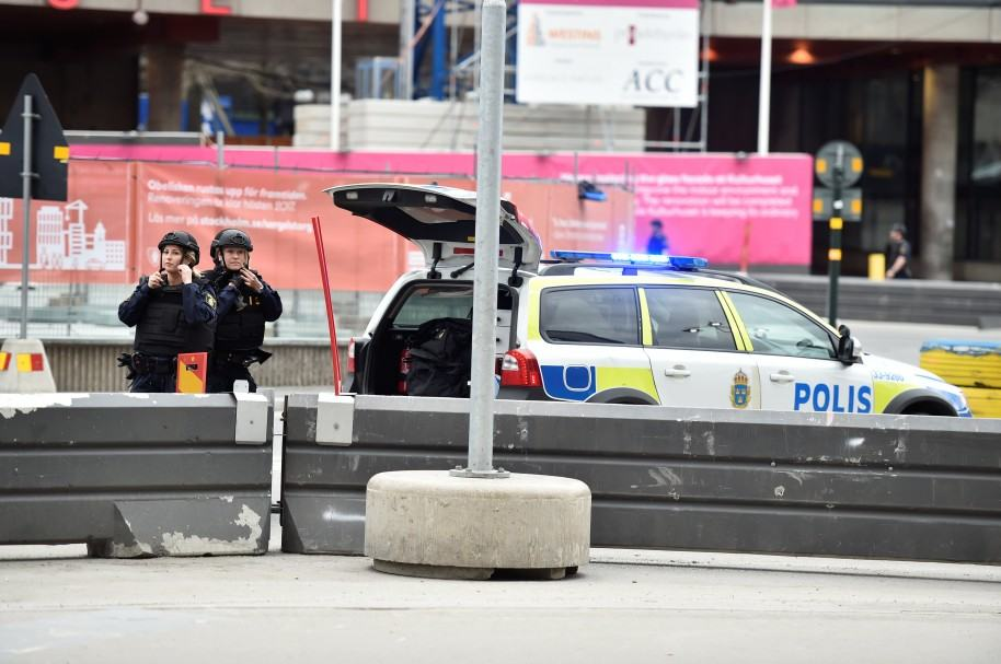 Policías luego de choque de camión