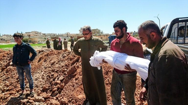 Entierran víctima de ataque químico en Siria.