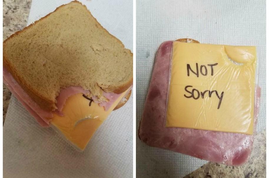 En represalia por un comentario sexista, mujer dañó el sándwich de su esposo.