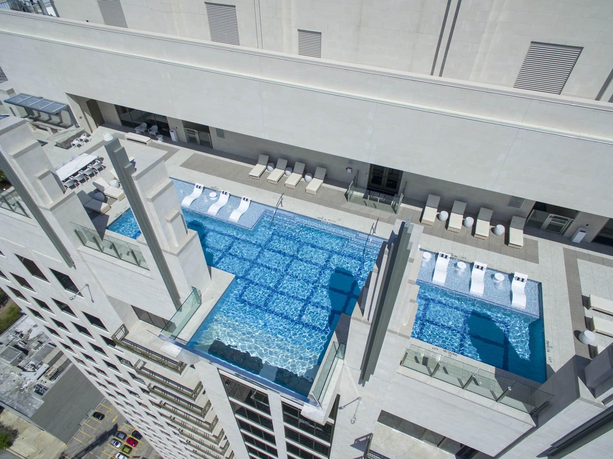 """La piscina infinita""."