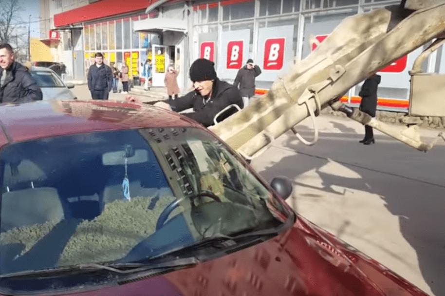 Hombre llena de cemento carro de su esposa. Pulzo.com
