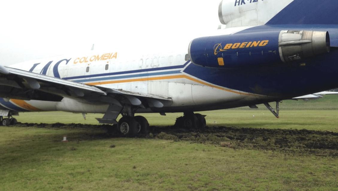 Avión descarrilado en pista sur de aeropuerto
