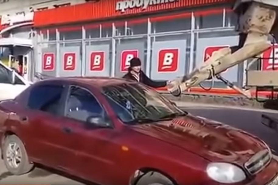 Hombre llena carro de su esposa con concreto