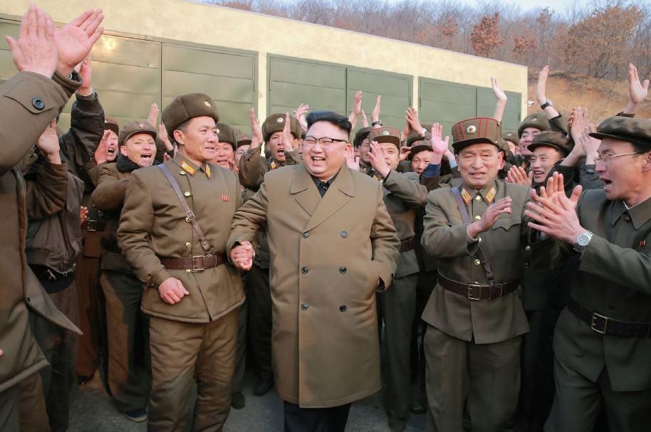 El líder norcoreano Kim Jong-un con militares