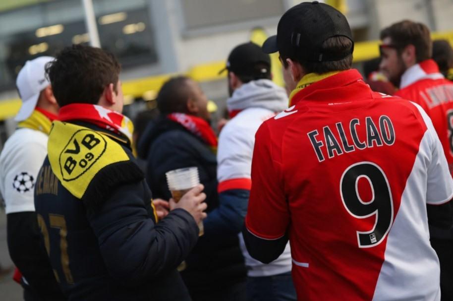 Hinchas de Mónaco y Borussia Dortmund