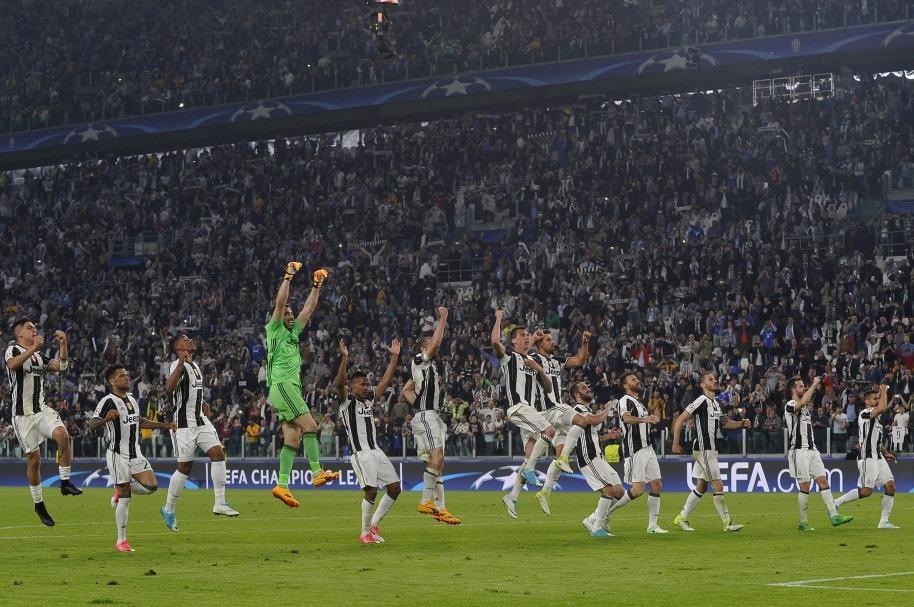 Jugadores de Juventus celebran su triunfo sobre el Barcelona