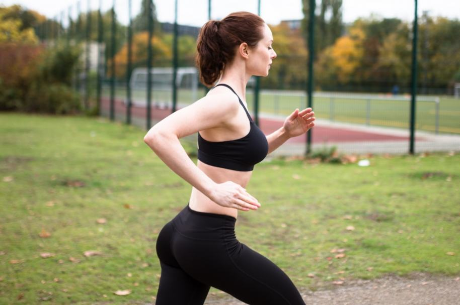 Una joven corriendo en un parque
