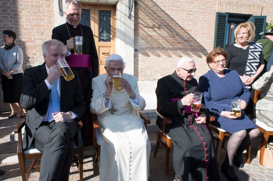 Primer ministro de Baviera, Horst Seehofer, y el papa emérito Benedicto XVI