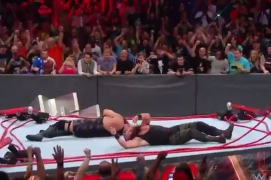 Luchadores destruyen el ring.