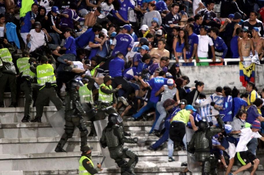 Policía en el fútbol colombiano