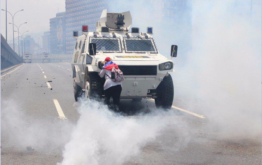 Manifestante contra tanqueta