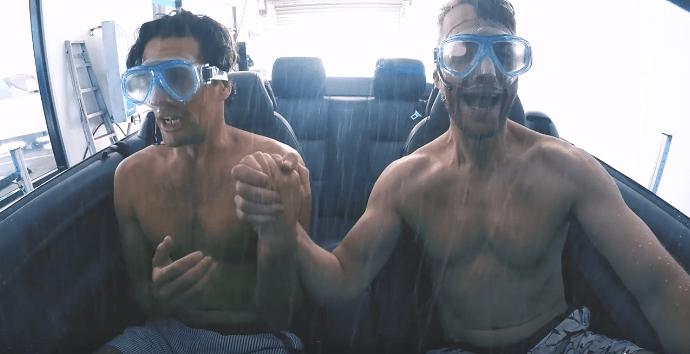Hombres se 'bañan' en lavadero de carros. Pulzo.com