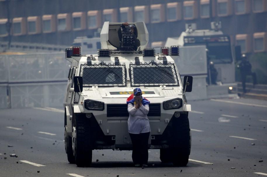 Manifestante detiene tanqueta policial en Caracas