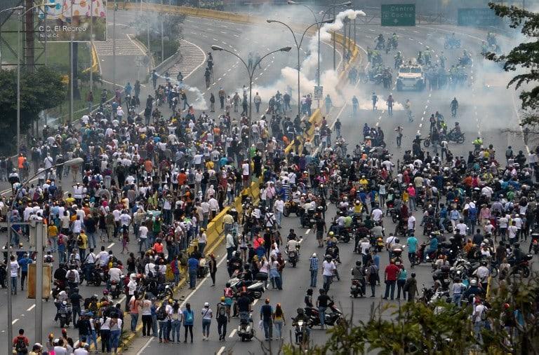 Enfrentamiento entre protestantes venezolanos y policías en Caracas. Pulzo.com