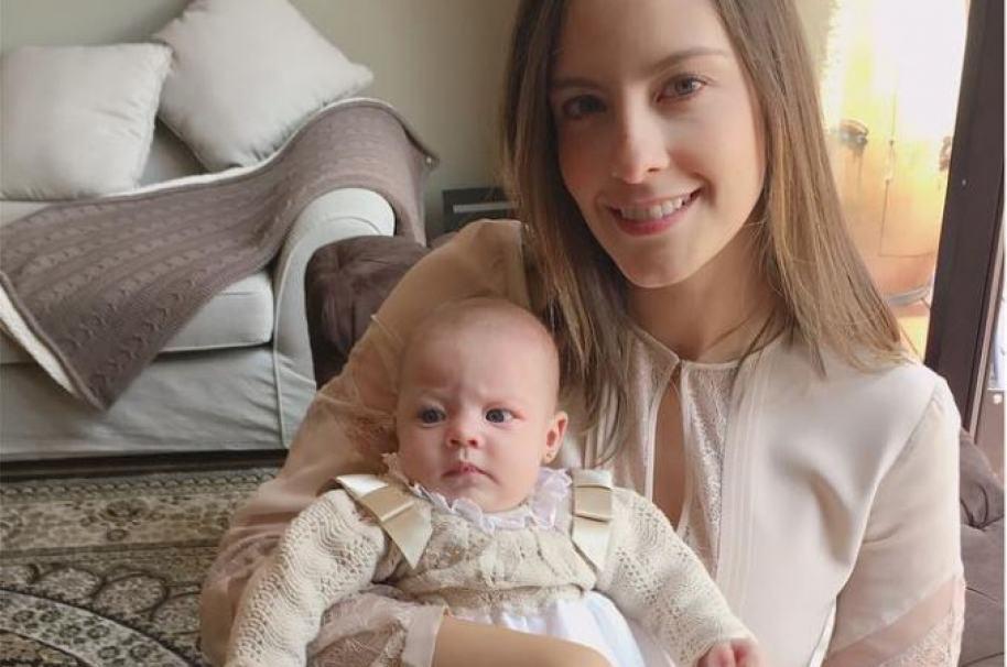 La presentadora Laura Acuña y su hija Helena.