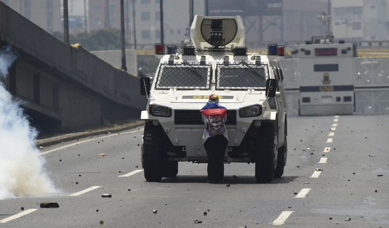 Manifestante detiene tanqueta en Venezuela. Pulzo.com