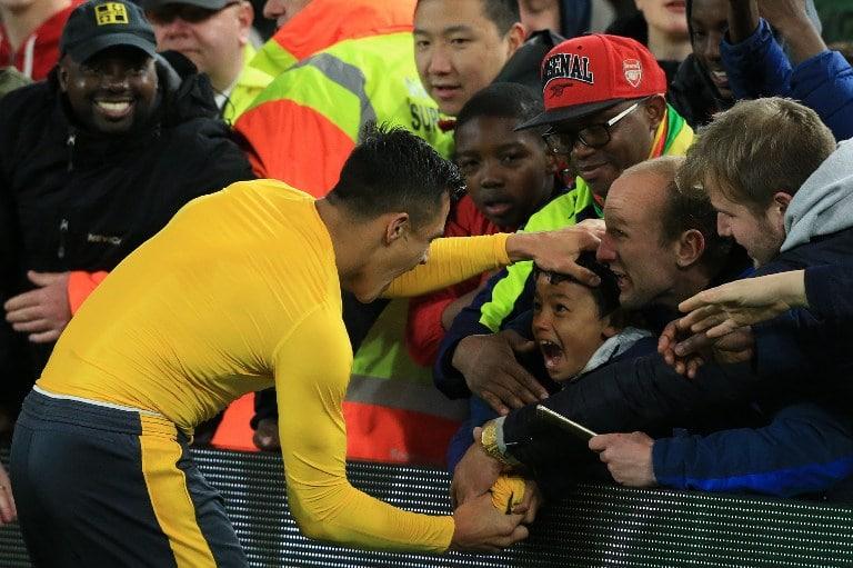 Alexis Sánchez regala camiseta a niño hincha. Pulzo.com