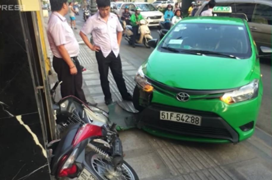 Taxista atropella a ladrón.