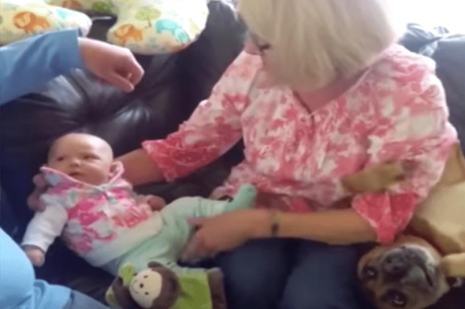 Abuela intentando alzar a su nieto. Pulzo.com