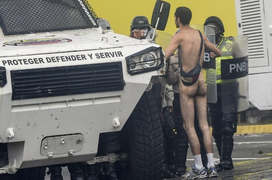 Manifestante desnudo