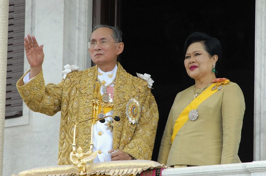El rey Bhumibol Adulyadej y la reina Sirikit