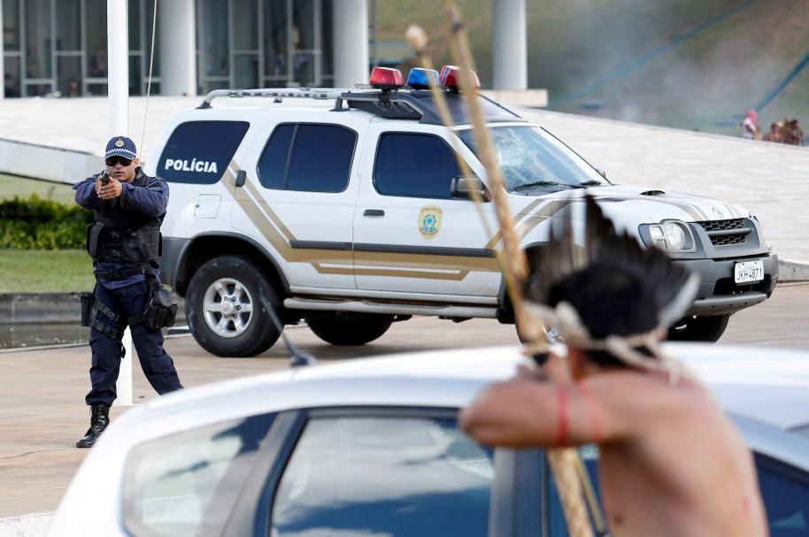 Pistolas y gases contra arco y flecha en Brasilia